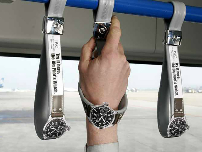 Креативная реклама – часы на поручнях